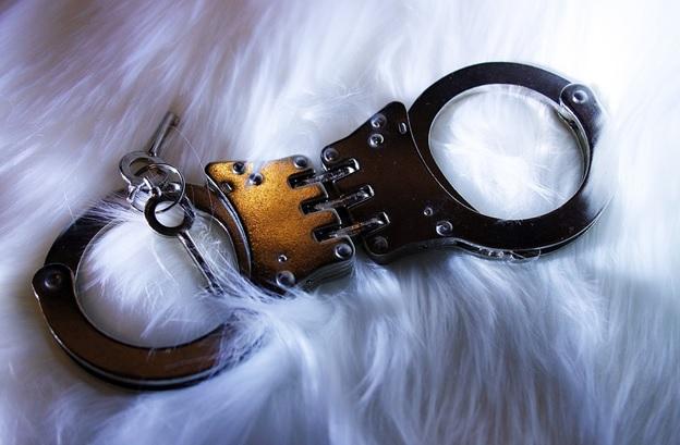 furs handcuff